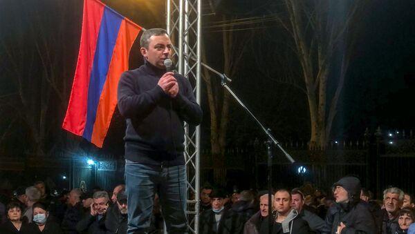 Ишхан Сагателян выступает с речью после торжественного шествия оппозиции (27 февраля 2021). Еревaн - Sputnik Армения