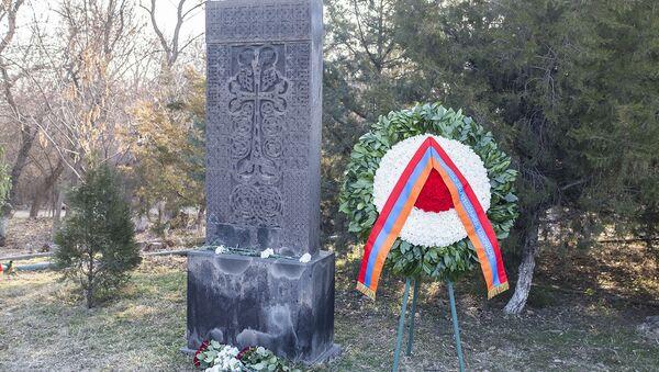Венок от имени президента Армена Саркисяна, возложенный к памятнику жертвам сумгаитских погромов (28 февраля 2021). Еревaн - Sputnik Արմենիա