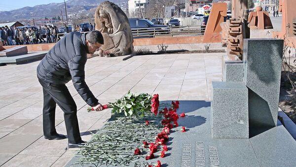 Президент НКР Араик Арутюнян возложил цветы к памятнику жертвам сумгаитских погромов (28 февраля 2021). Степанакерт - Sputnik Արմենիա