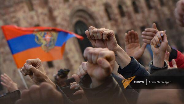Сторонники премьер-министра Никола Пашиняна во время митинга на площади Республики (25 февраля 2021). Еревaн - Sputnik Армения