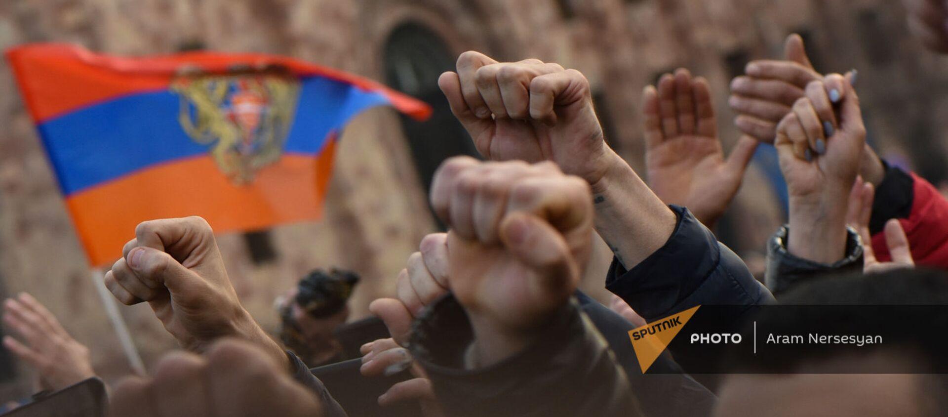 Сторонники премьер-министра Никола Пашиняна во время митинга на площади Республики (25 февраля 2021). Еревaн - Sputnik Армения, 1920, 09.06.2021