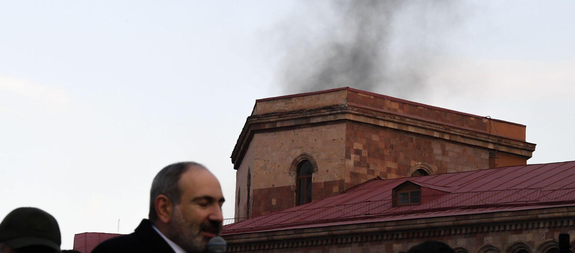 Дым за зданием правительства во время митинга (25 февраля 2021). Еревaн - Sputnik Армения, 1920, 28.03.2021