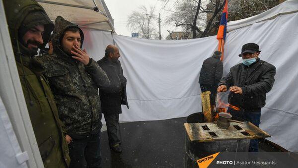 Оппозиционеры готовят кофе на печке на перекрытом проспекте Баграмяна (1 марта 2021). Еревaн - Sputnik Армения