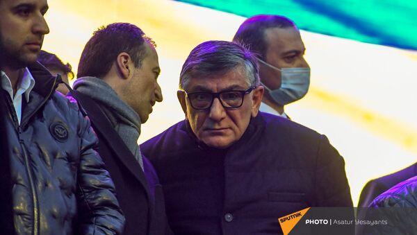 Руководитель аппарата премьера Арсен Торосян беседует с бизнесменом Хачатуром Сукиасяном перед началом митинга премьер-министра со своими сторонниками на площади Республики (1 марта 2021). Еревaн - Sputnik Արմենիա