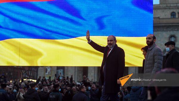 Премьер-министр Никол Пашинян во время митинга со своими сторонниками на площади Республики (1 марта 2021). Еревaн - Sputnik Армения