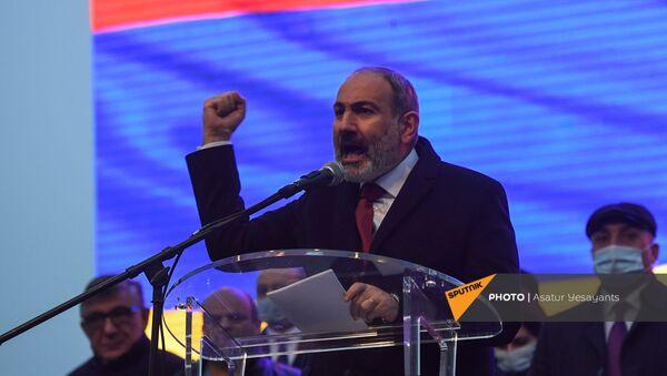 Премьер-министр Никол Пашинян во время митинг со своими сторонниками на площади Республики (1 марта 2021). Еревaн - Sputnik Армения
