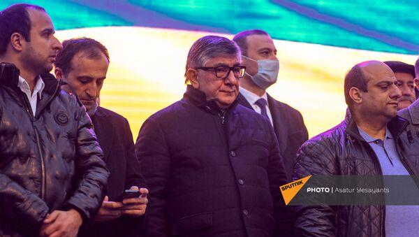 Хачатур Сукиасян во время митинга премьер-министра со своими сторонниками на площади Республики (1 марта 2021). Еревaн - Sputnik Армения