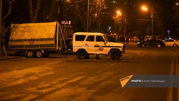 Автомобиль полиции на проспекте Баграмяна во время митинга оппозиции (1 марта 2021). Еревaн - Sputnik Արմենիա
