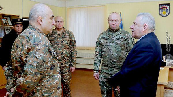Министр обороны РА Вагаршак Арутюнян провел совещание с замглавы ГШ ВС Аракелом Мартикяном и командирским составом воинской части спецназа (2 марта 2021). - Sputnik Армения