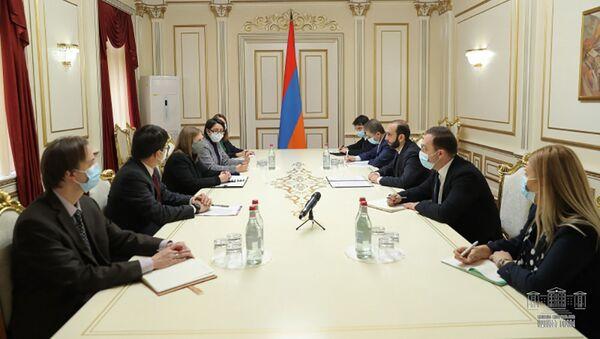 Спикер НС Арарат Мирзоян на встрече с послом США Линн Трейси и региональным директором USAID Дэвидом Хоффманом (2 марта 2021). Еревaн - Sputnik Армения