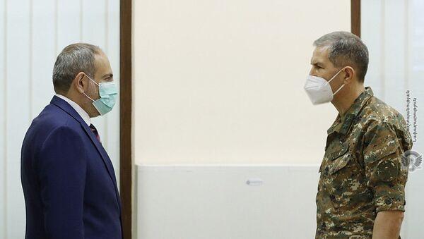 Премьер-министр Никол Пашинян встретился с начальником Генштаба вооруженных сил генерал-лейтенантом Оник Гаспаряном (18 июля 2020). Еревaн - Sputnik Армения