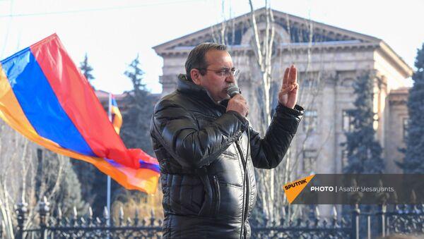 Арцвик Минасян выступает с речью во время митинга оппозиции на проспекте Баграмяна перед зданеим Национального Собрания Армении (3 марта 2021). Еревaн - Sputnik Արմենիա