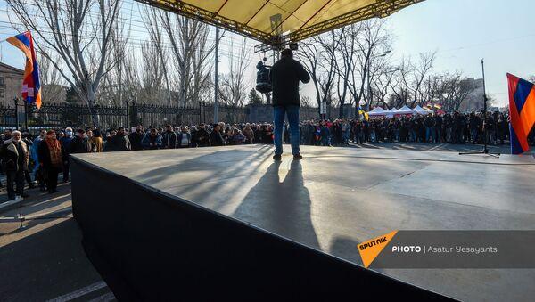 Митинг оппозиции на проспекте Баграмяна перед зданием Национального Собрания Армении (3 марта 2021). Еревaн - Sputnik Արմենիա
