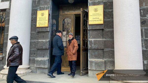 Родственники военнопленных из Ширакской области закрыли выход из здания областной администрации (3 марта 2021). Гюмри - Sputnik Արմենիա
