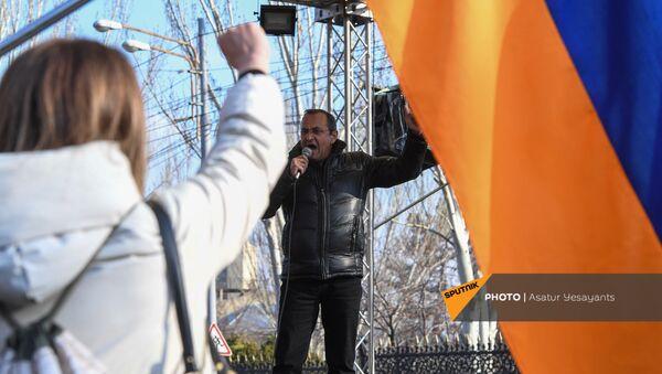 Арцвик Минасян выступает с речью во время митинга оппозиции на проспекте Баграмяна перед зданием Национального Собрания Армении (3 марта 2021). Еревaн - Sputnik Армения