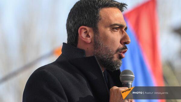 Адвокат Арам Вардеванян выступает с речью во время митинга оппозиции на проспекте Баграмяна перед зданием Национального Собрания Армении (3 марта 2021). Еревaн - Sputnik Армения