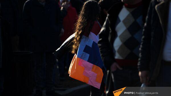 Активистка с флагом Карабаха перед началом митинга оппозиции на проспекте Баграмяна (3 марта 2021). Еревaн - Sputnik Արմենիա