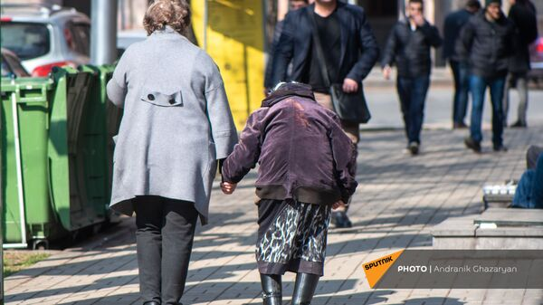 Пожилые женщины на проспекте Тиграна Меца - Sputnik Армения