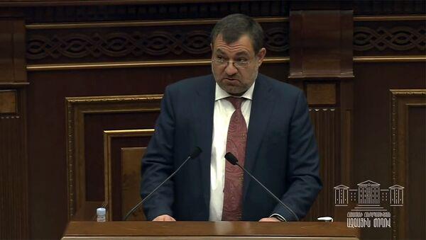Председатель Высшего судебного совета Рубен Вардазарян отвечает на вопрос депутата во время очередного заседания Парламента (3 марта 2021). Еревaн - Sputnik Армения