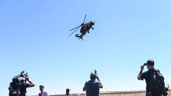 Турецкий военный вертолет пролетает над турецкими солдатами и журналистами (8 сентября 2019). Турция - Sputnik Արմենիա
