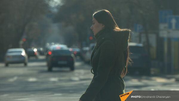 Молодая девушка на пешеходном переходе - Sputnik Արմենիա
