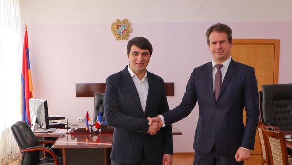 Мэр общины Раздан принял Чрезвычайного и Полномочного Посла Французской Республики в Армении Джонатана Лакота (5 марта 2021). Раздан - Sputnik Արմենիա