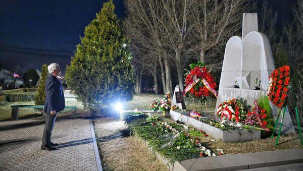 Серж Саргсян почтил память Вазгена Саргсяна в военном пантеоне Ераблур (5 марта 2021). Еревaн - Sputnik Армения