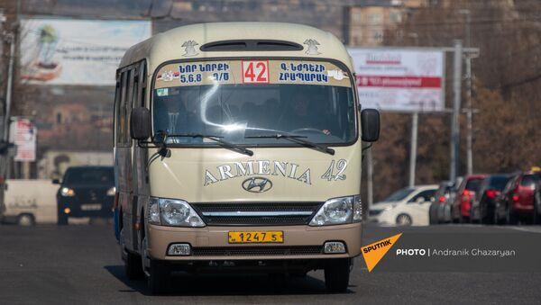 Автобус в одном из спальных районов Еревана - Sputnik Армения