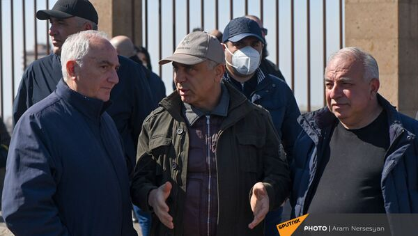 Предприниматель, владелец гостиницы «Двин» в Ереване Артак Товмасян  (в середине) на акции протеста военнослужащих в запасе возле здания Минобороны (6 марта 2021). Ереван - Sputnik Армения