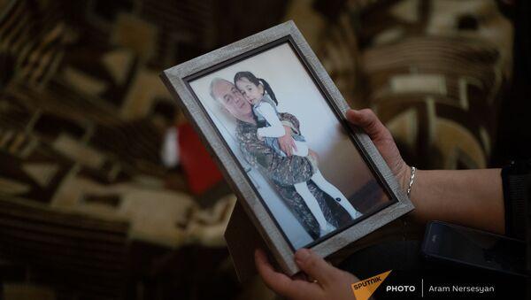Фотография погибшего в карабахской войне Тиграна Ханумяна с младшей дочкой Татев - Sputnik Армения
