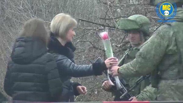 Российские миротворцы подарили цветы жительницам Карабаха и поздравили их с наступающим праздником - Sputnik Армения