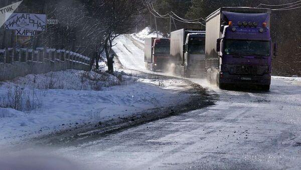 Грузовые трейлеры на зимней дороге - Sputnik Արմենիա