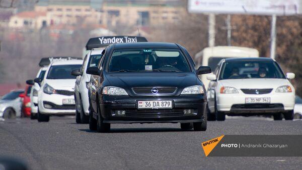 Такси на проспекте Гая - Sputnik Արմենիա