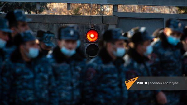Полицейский кордон у въезда на территорию правительственных дач во время шествия оппозиции (6 марта 2021). Еревaн - Sputnik Արմենիա