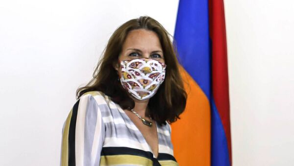 Новоназначенный представитель ЮНИСЕФ в Армении Мариан Кларк-Хаттинг вручила аккредитацию замминистру иностранных дел Армении (24 августа 2020). Еревaн - Sputnik Армения