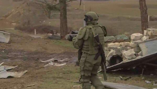 Сапер российского миротворческого контингента во время выполнения задачи в Карабахе - Sputnik Армения