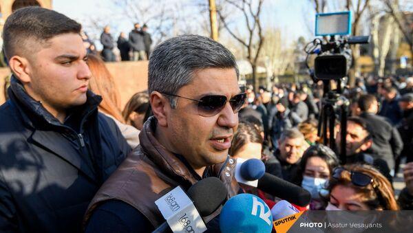 Артур Ванецян выступает перед журналистами на митинге оппозиции (9 марта 2021). Еревaн - Sputnik Армения