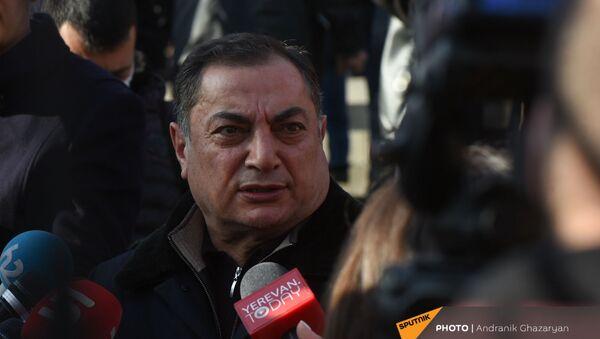 Ваграм Багдасарян выступает перед журналистами на митинге оппозиции (9 марта 2021). Еревaн - Sputnik Армения