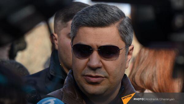 Артур Ванецян выступает перед журналистами на митинге оппозиции (9 марта 2021). Еревaн - Sputnik Արմենիա