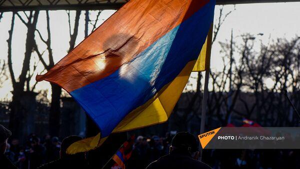 Вазген Манукян за флагом на митинге оппозиции (9 марта 2021). Еревaн - Sputnik Армения