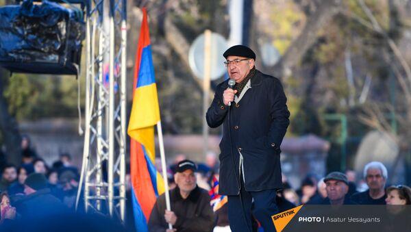 Вазген Манукян выступает перед журналистами на митинге оппозиции (9 марта 2021). Еревaн - Sputnik Армения