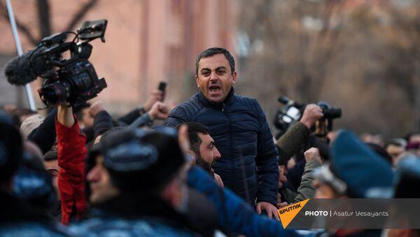 Ишхан Сагателян выступает перед журналистами на митинге оппозиции (9 марта 2021). Еревaн - Sputnik Армения
