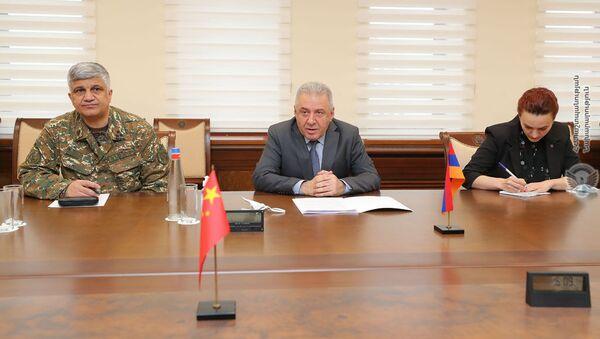 Министр обороны Вагаршак Арутюнян принял Чрезвычайного и Полномочного Посла Китайской Народной Республики в РА Фань Юня (11 марта 2021). Еревaн - Sputnik Армения