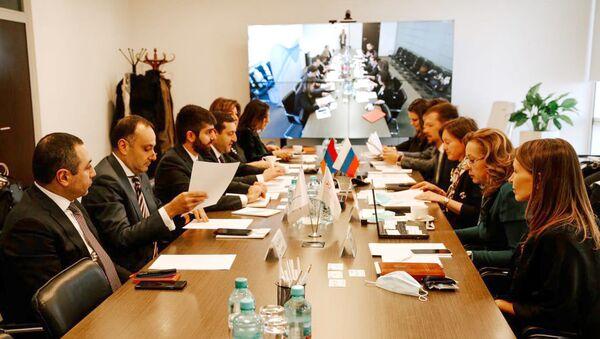 Заместитель министра экономики РА Арман Ходжоян (третий слева) во время встречи с представителями армяно-российских деловых кругов (12 марта 2021). Москва - Sputnik Արմենիա