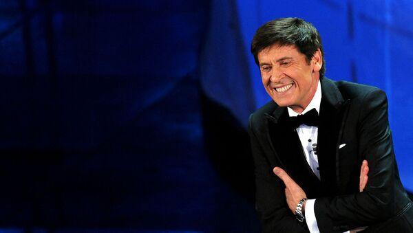 Итальянский певец и телеведущий Джанни Моранди на сцене театра Ariston в Сан-Ремо во время 62-го итальянского музыкального фестиваля (14 февраля 2012). Италия - Sputnik Армения