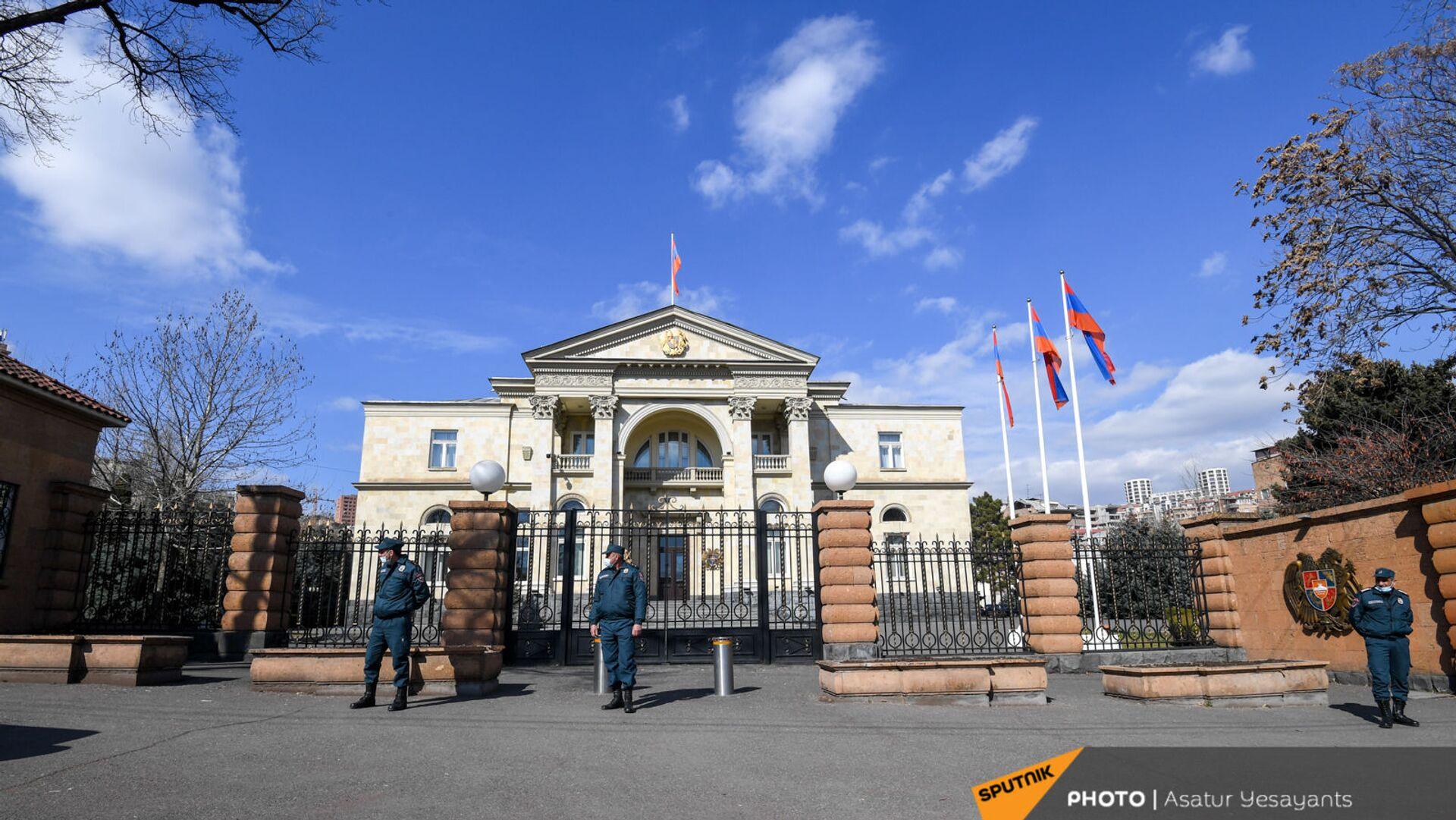 Сотрудники правоохранительных органов перед входом в резиденцию президента (13 марта 2021). Еревaн - Sputnik Армения, 1920, 17.09.2021