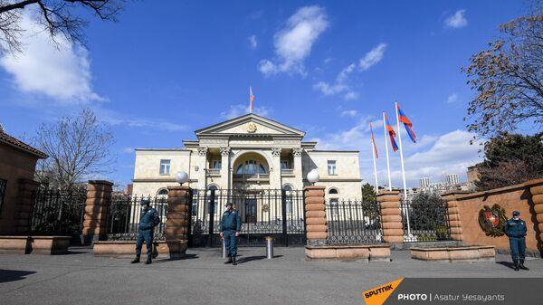 Сотрудники правоохранительных органов перед входом в резиденцию президента (13 марта 2021). Еревaн - Sputnik Армения
