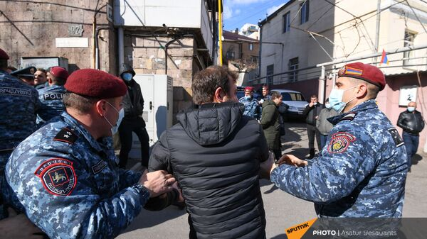 Полиция задерживает активистов на улице Зурабяна (13 марта 2021). Еревaн - Sputnik Армения