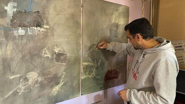 Гюмрийский художник Карен Барсегян за работой - Sputnik Армения