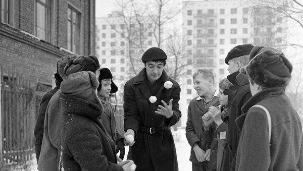 Цирковой артист Леонид Енгибаров показывает детям фокусы во дворе дома. - Sputnik Արմենիա